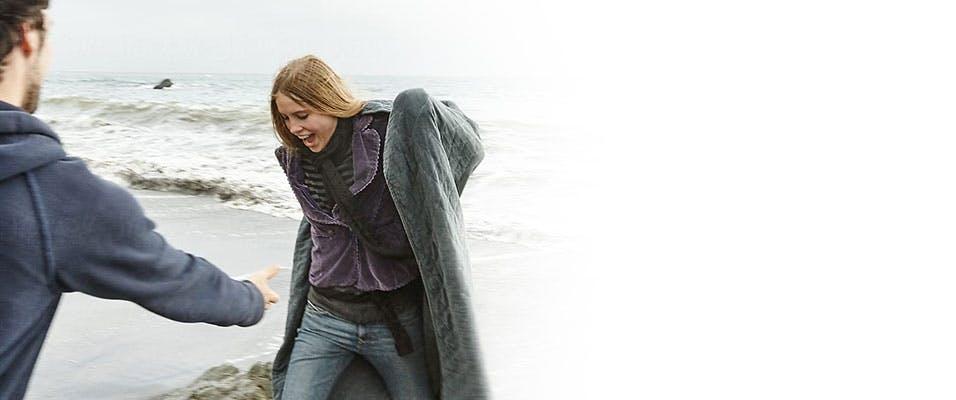 Un homme et une femme qui jouent sur la plage