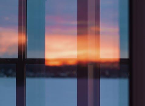 Un reflet du soleil qui se lève par un calme matin d'hiver