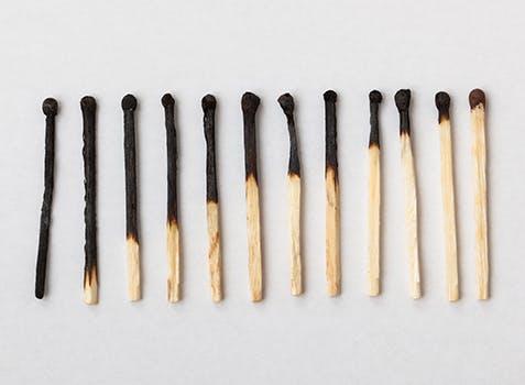 12 allumettes posées côte à côte présentant une diminution continue des extrémités consumées