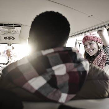 Des personnes souriant dans une grande camionnette
