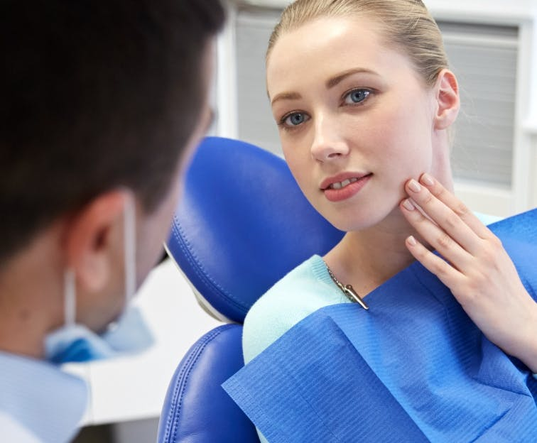 Talking to a dentist about tooth sensivity