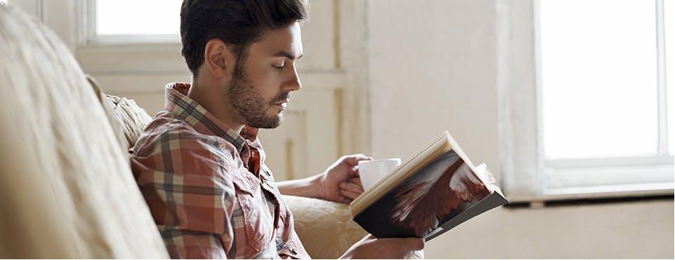 Jeune homme lisant un livre