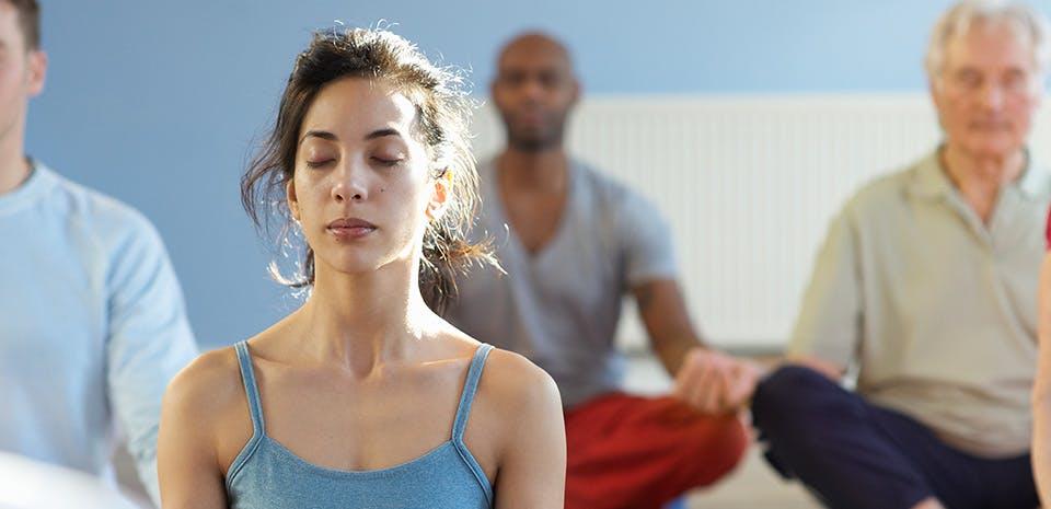 Femme faisant de la méditation en groupe | Prenez du temps pour vous