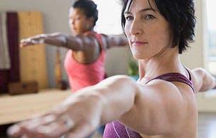 Deux femmes pratiquant le yoga