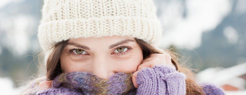 Une femme emmitouflée dans un foulard et une tuque