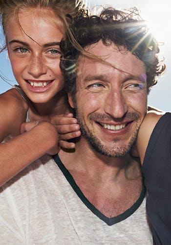 Un papa heureux et une fille souriante