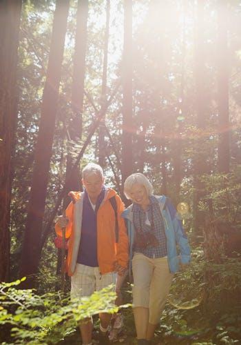 Couple d'âge moyen sur un sentier de randonnée