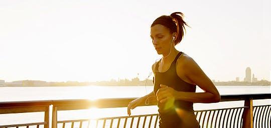Jeune femme qui court en écoutant de la musique