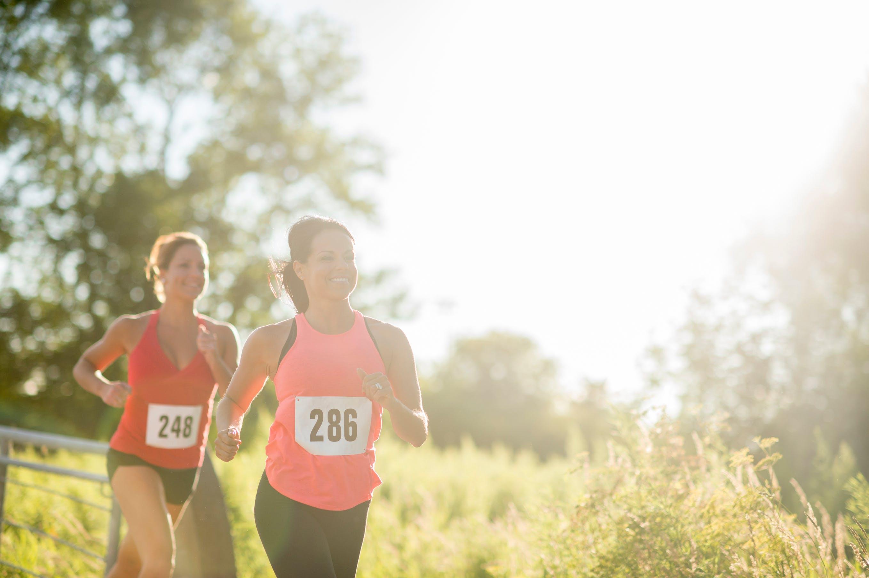 Deux femmes qui participent à une course à l'extérieur