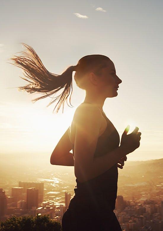 Photo de côté d'une jeune femme qui court