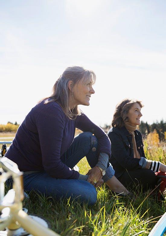 Deux femmes assises sur l'herbe dans un champ