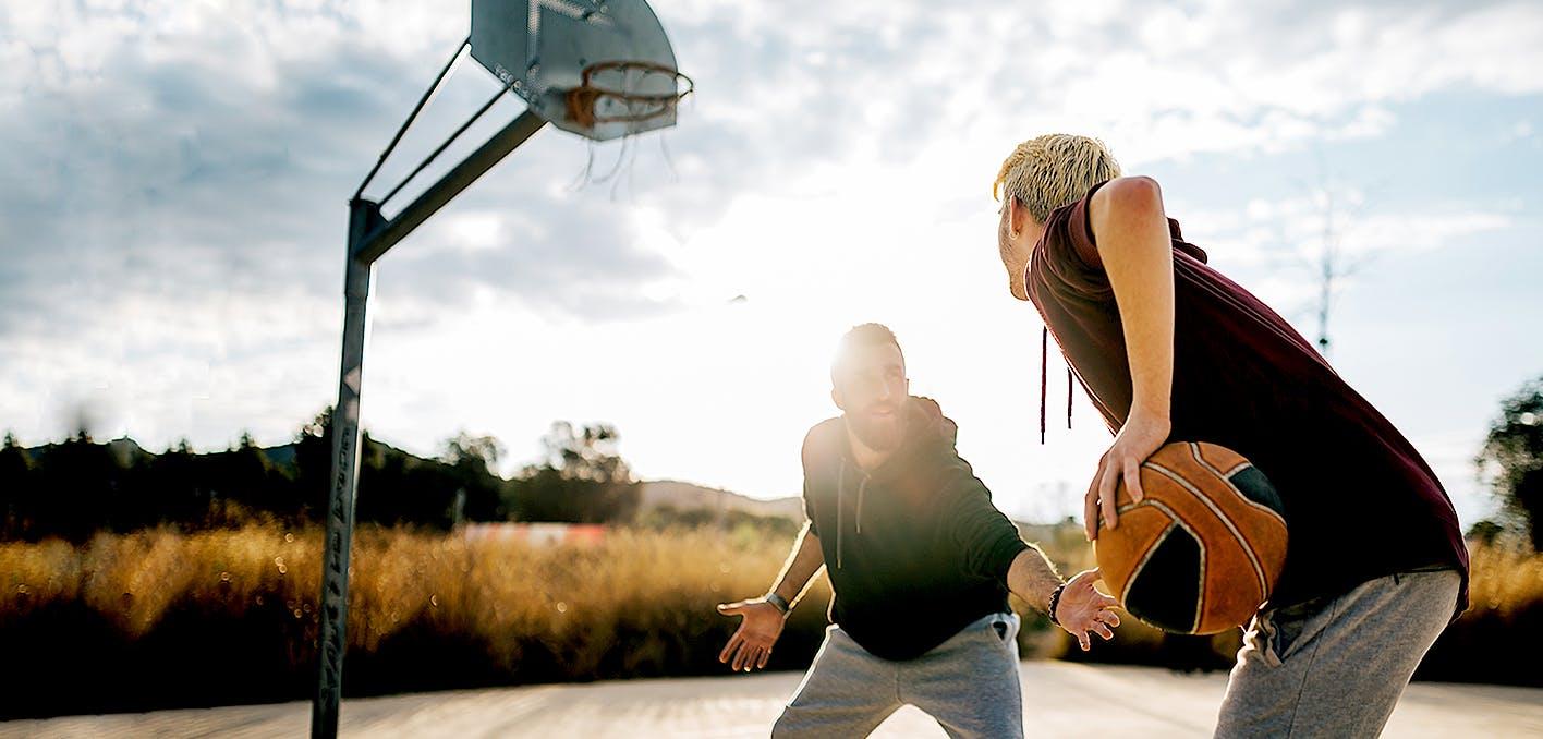 Deux hommes qui jouent au basketball