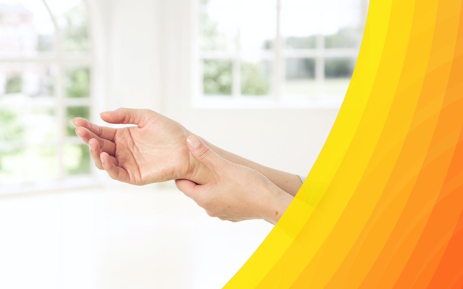 Jeune femme tenant son poignet blessé