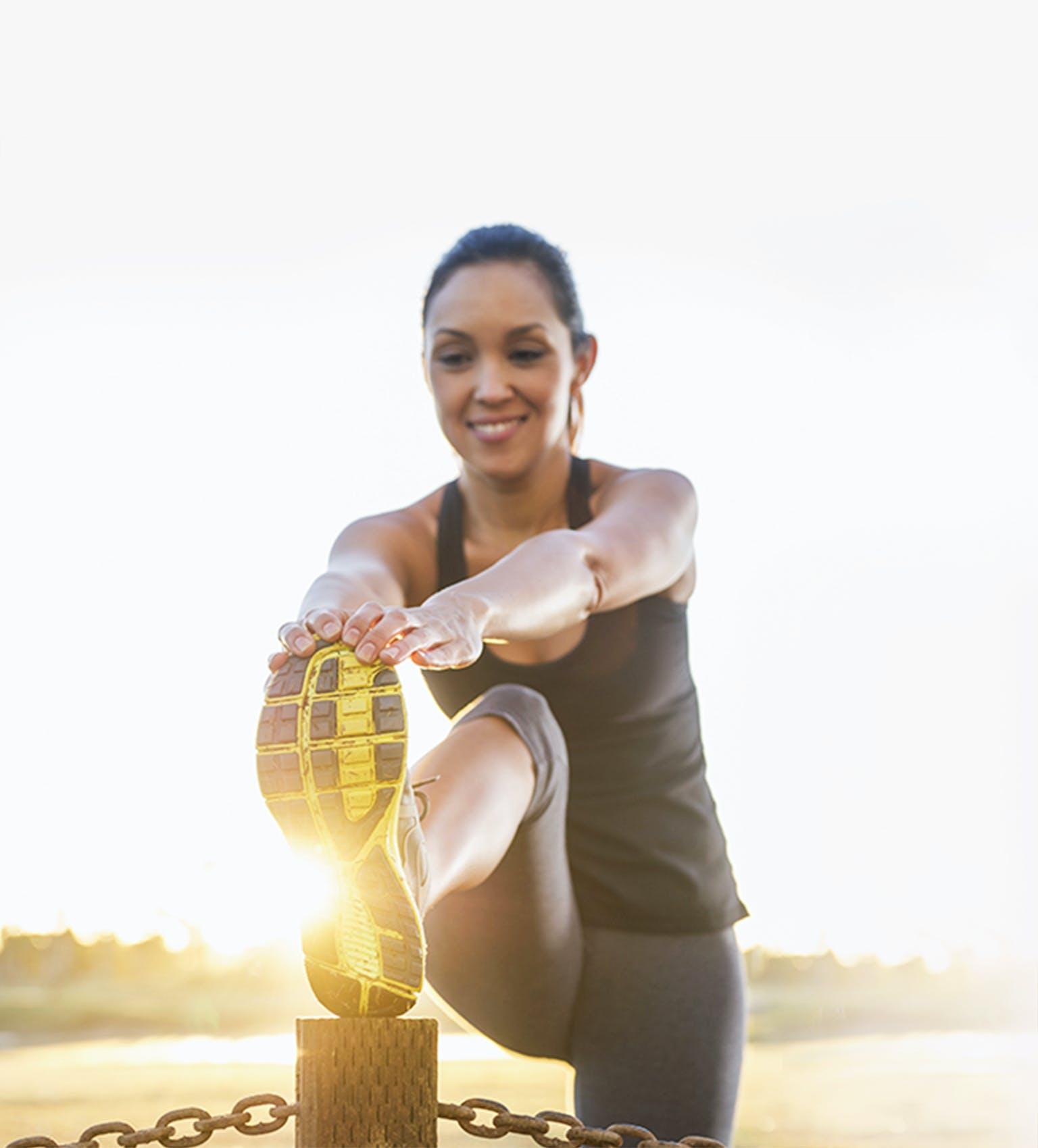 Femme s'étirant et se préparant à l'exercice
