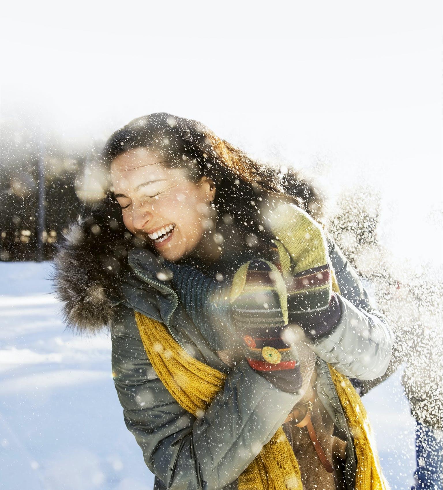 Belle femme souriante qui s'amuse dehors une journée d'hiver