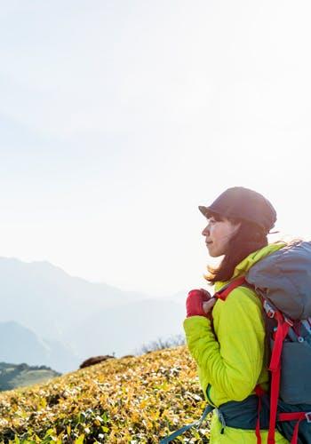 山頂から眺めを見る女性