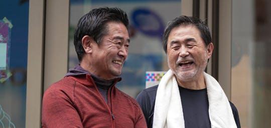 笑顔で会話する3人の男性