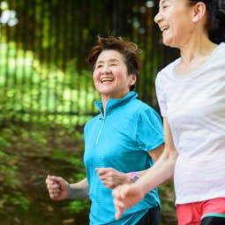 並んでジョギングする2人の女性