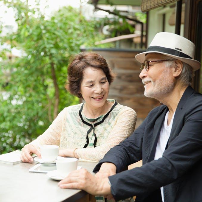 カフェで談笑する男性と女性