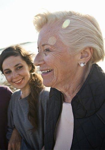 Jak działa Voltaren? - uśmiechnięte młodsza i starsza kobieta