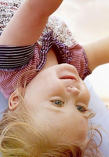 Stosowanie produktów Voltaren podczas karmienia piersią - kilkuletnia dziewczyna do góry nogami