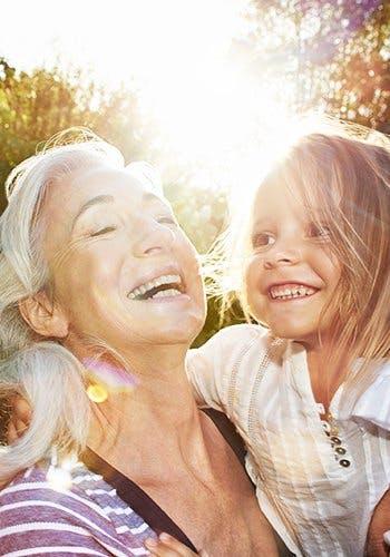Klasyfikowanie bólu - babcia z wnuczką się śmieją