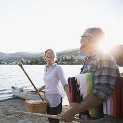 Wyjaśnienie choroby zwyrodnieniowej stawów - uśmiechnięta para na tle jeziora