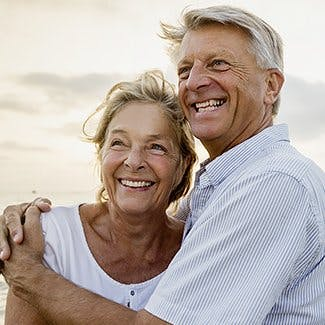 Czym jest ból dla ludzi starszych - para seniorów uśmiecha się i przytula