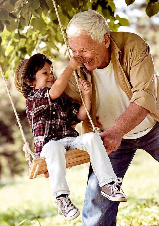 Wyjaśnienie choroby zwyrodnieniowej stawów - wnuczek chwyta dziadka za nos