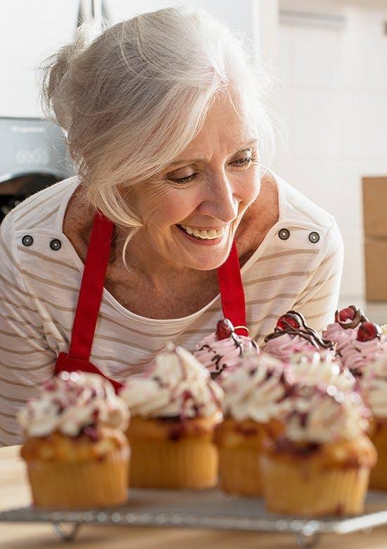 Wyjaśnienie choroby zwyrodnieniowej stawów - uśmiechnięta starsza kobieta