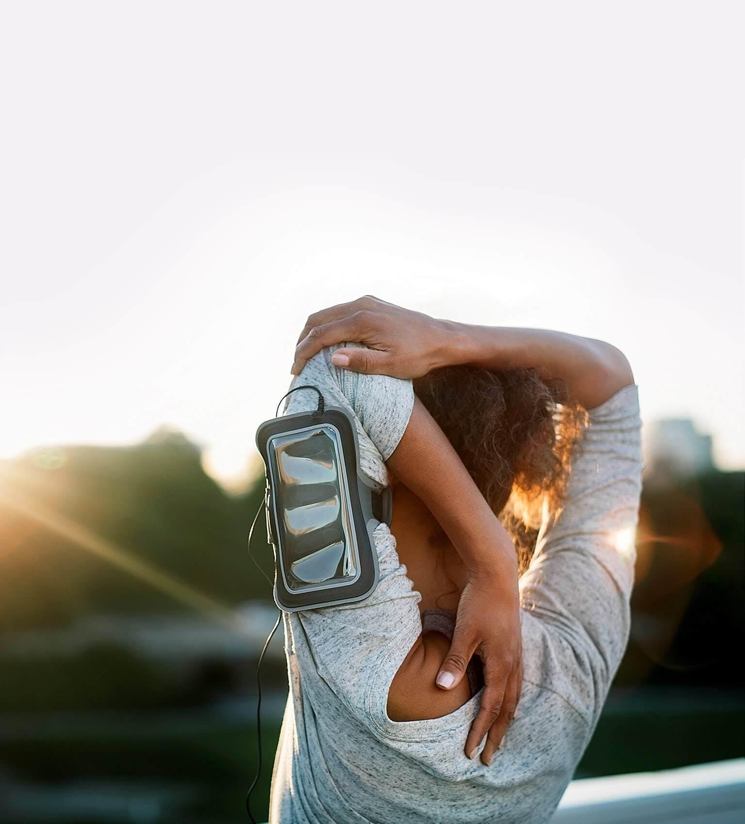 Kobieta łapiąca się za bolące mięśnie karku