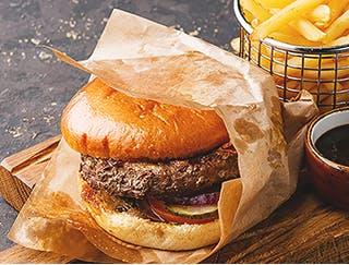 Gros hamburger, frites et sauce-trempette