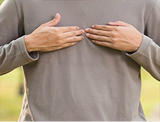 Jeune homme souffrant de brûlures d'estomac
