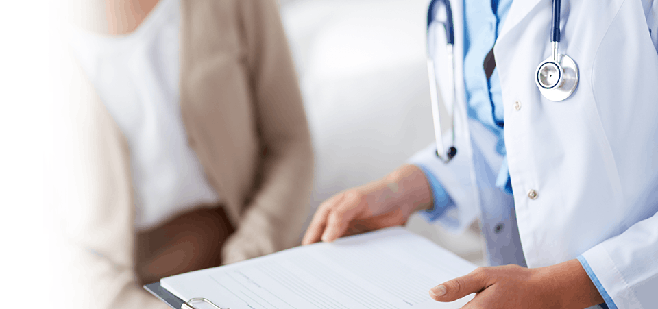 Médecin tenant une planchette à pince