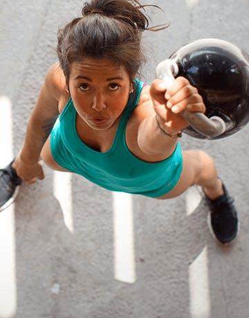 Dievča, ktoré cvičí so závažím