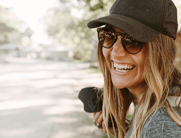Smejúci sa dievča s fotoaparátom