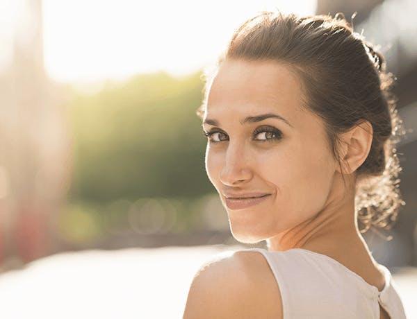Žena s úsmevom na tvári