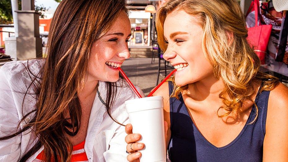 Dievčatá, ktoré pijú z jedného pohára