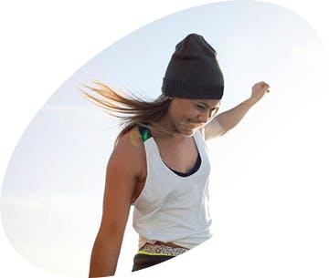 Smějící se dívka s vlasy vlajícími ve větru