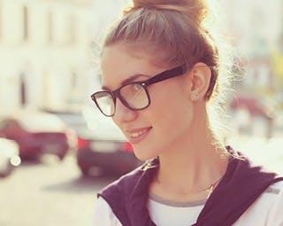 Dievča s okuliarmi